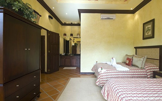 Manuel Antonio home rentals: Casa Carolina guest bed 2