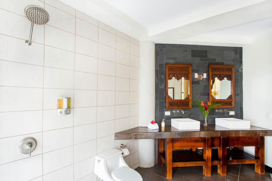 Villa Perezoso master bathroom