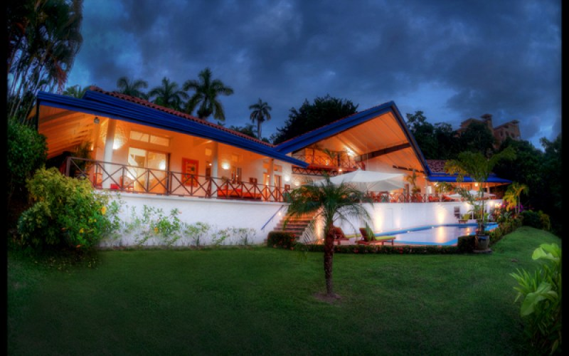 Vacation Rentals Manuel Antonio: VP Private Resort exterior night