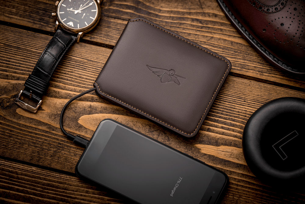 Volterman-Bifold-with-charging-iphone