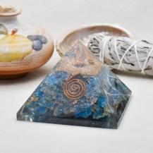 Orgonit pyramid med blå apatit