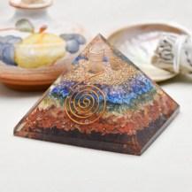 Orgonit pyramid med chakrastenar