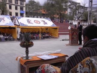 世界保健デーにちなんで、ブータン・ティンプー時計台広場での高齢者健診の意義を講演。手前はブータン保健大臣。(2012年4月)