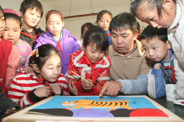 Feng Aiding teaching his students in Double Mouth Village - Tianjin Beichen District Education Portal