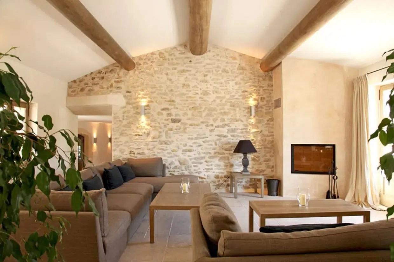 mur en pierre apparente dans son salon