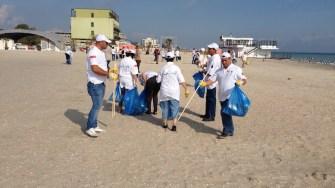 Curățenie pe plaja Mamaia. FOTO Arhivă