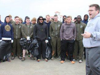 Americanii curăță plaja din Mamaia