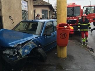 Mașina s-a oprit între un stâlp și zidul unui service. FOTO Adrian Boioglu