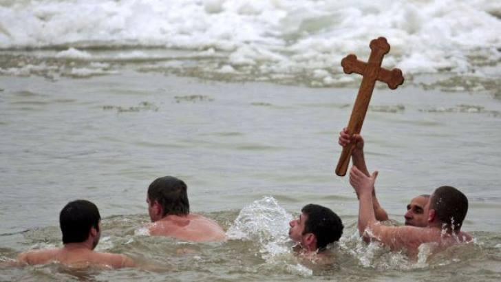 Boboteaza de la Constanța nu se anulează, în ciuda Codului Roșu de Viscol. IPS Teodosie aruncă în mare crucile la ora 13.00