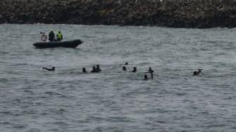 Scafandrii și civilii au sărit în apele mării după crucile de lemn. FOTO Adrian Boioglu