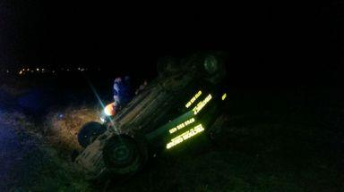 Mașina s-a răsturnat pe câmp. FOTO SAJ