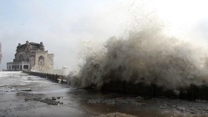 Furtună pe mare. Valuri la Cazinoul din Constanța