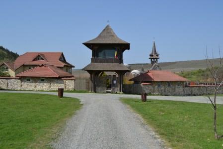 Intrarea în mănăstirea Crucea. FOTO Adrian Boioglu