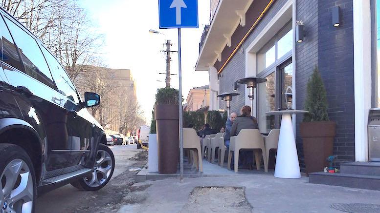 Cafeneaua a blocat aproape tot trotuarul
