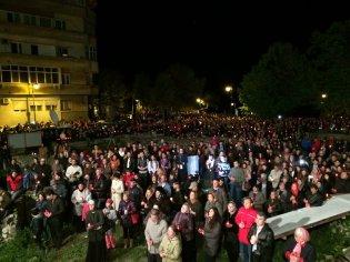 Mulțimea strânsă lângă catedrala, de Înviere. FOTO Adrian Boioglu