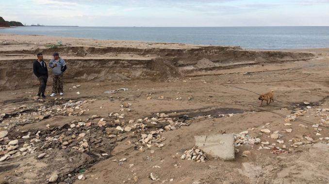 Plaja de la Vama Veche, distrusă de viitură