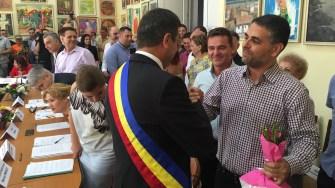 Primarul Valentin Vrabie a fost felicitat de Marius Petre, noul primar de la Peștera. FOTO Adrian Boioglu