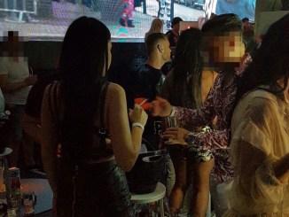 Fumători într-un club din Mamaia