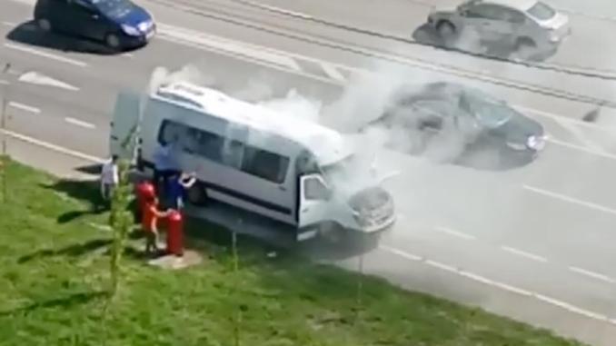 Un microbuz a luat foc în Constanța