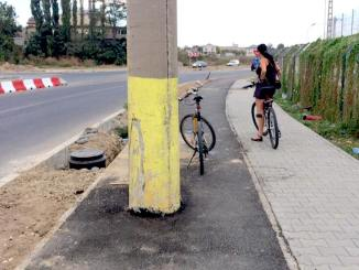 Stâlp de electricitate pe pista de biciclete