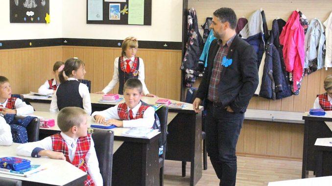Primarul Marius-Liviu Petre alături de elevi. FOTO Adrian Boioglu