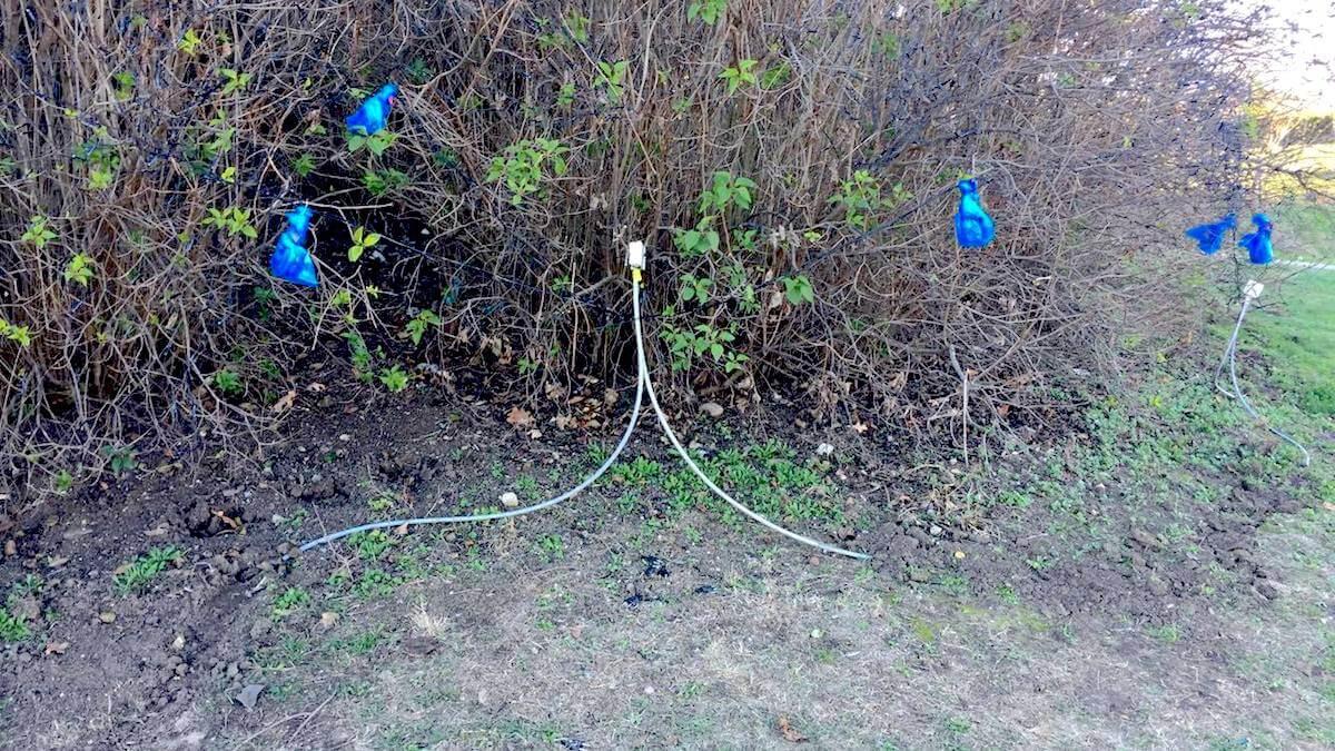 Cabluri lăsate libere pe spațiul verde din Tărâmul Magic