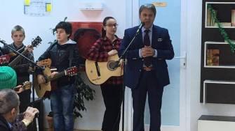 Primarul Gheorghe Frigioi și colindătorii la căminul de bătrâni Stupina