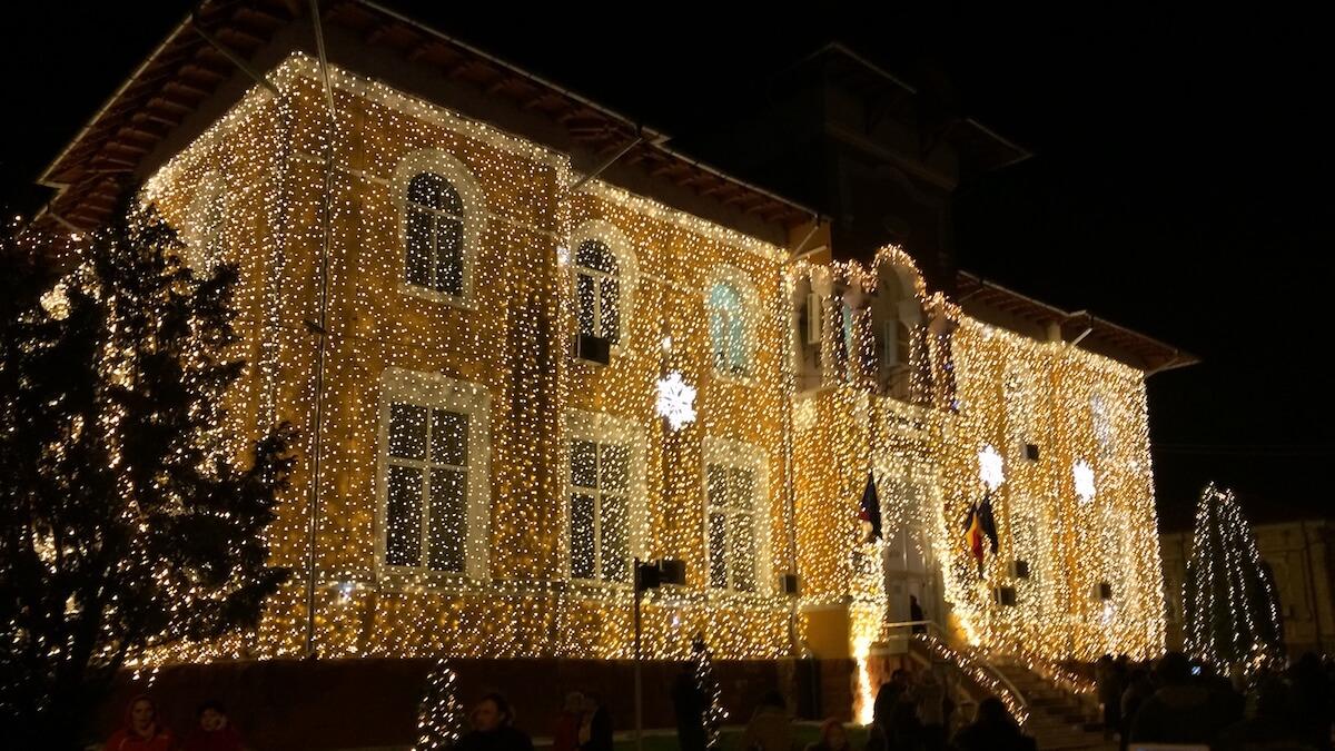 Primăria Medgidia iluminată festiv de sărbători. FOTO Adrian Boioglu