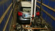 Mașina ascunsă în camionul de fier vechi. FOTO Poliția de Frontieră
