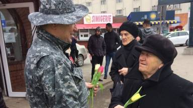 Flori pentru șoferițe și pietoni de 1 Martie. FOTO IPJ Constanța