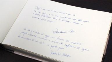 Cartea de onoare a orașului Ovidiu, semnată de oaspeții de la Sulmona. FOTO Adrian Boioglu