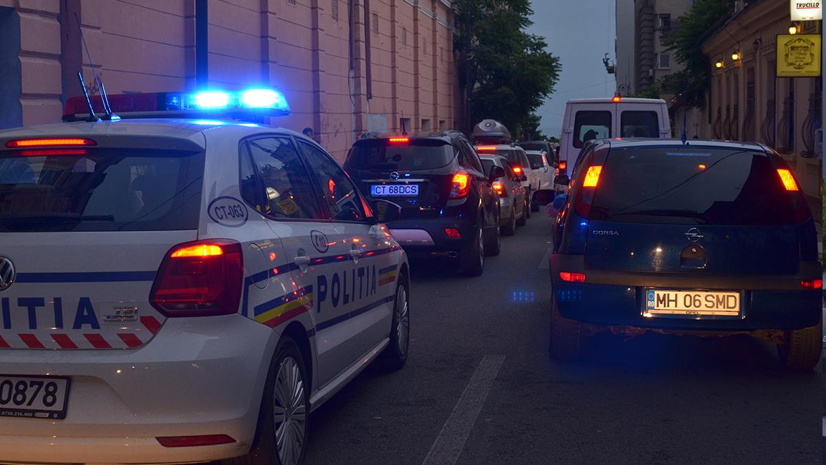 Masina politie in trafic cu girofar. Aglomeratie