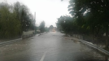 Ploile au rupt acostamentul de pe podetul de la intrarea in Sibioara