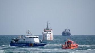 Mai multe nave au fost trimise spre ambarcațiunea suspectă. FOTO Cătălin Schipor