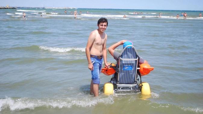 Cu ajutorul cărucioarelor speciale, chiar și persoanele cu dizabilități se vor putea bucura de apa mării