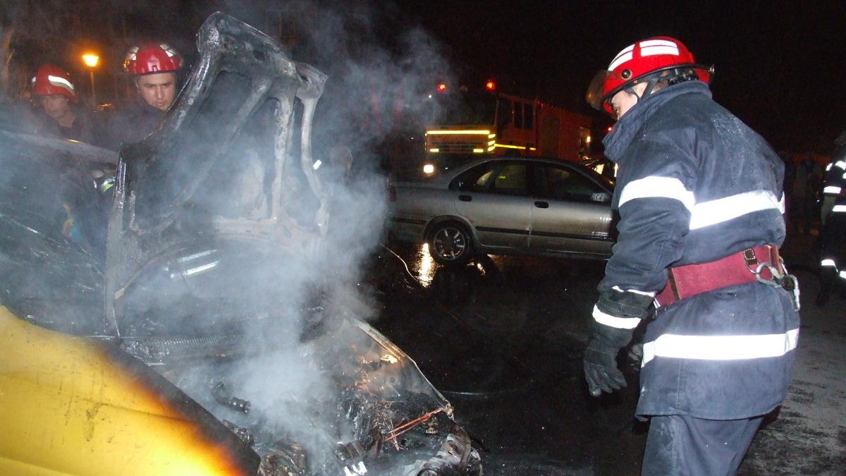 Masina arsa, pompierii la fata locului
