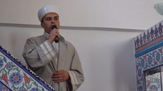 Barbatii musulmani s-au strans de dimineata la moschee