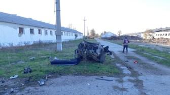 Mașina s-a rupt în două după impactul cu stâlpul. FOTO SAJ Constanța