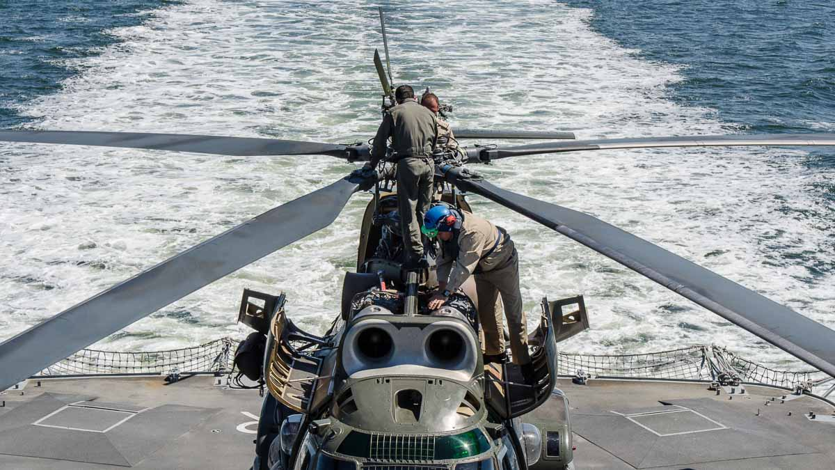 Elicopter Puma Naval pe puntea fregatei Regina Elisabeta (3)