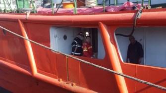 Din sala mașini a unei macarale plutitoare a izbucnit un incendiu. FOTO ISU Dobrogea