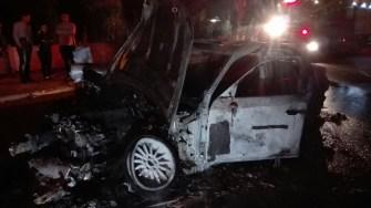 Autoturismul BMW a luat foc în mers. Pompierii nu au mai putut salva nimic.