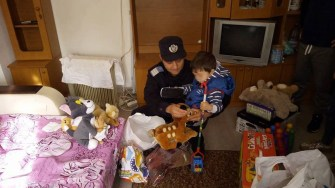 Jandarmul Cufioti Gabriel a mobilizat mai multă lume pentru a-l ajuta pe micuț și pe bunicii acestuia. FOTO IJJ Constanța