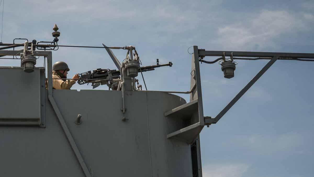 Marinar la mitraliera la bordul navei exercitiu militar