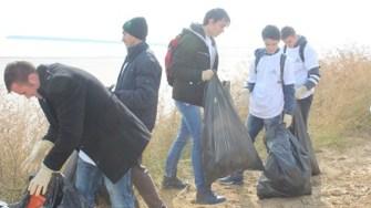 Angajații Polaris și elevii voluntari au strâns 1,5 tone de deșeuri de pe faleză. FOTO Polaris M Holding