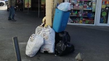 Constănțenii continuă să arunce gunoiul la orice stâlp sau colț de stradă. FOTO Polaris M Holding