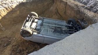 Mașina implicată în accident a ajuns și ea în groapă. FOTO ISU Dobrogea