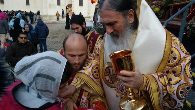 IPS Teodosie i-a împărtășit pe pelerinii veniți la hramul bisericii Sf. Andrei. FOTO Iulian Fotea