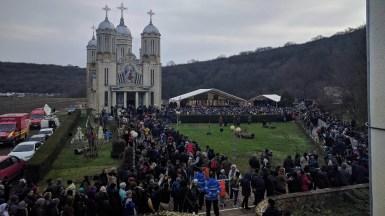 IPS Teodosie și alți 12 Înalți Ierarhi și un sobor de preoți au ținut slujba de la Peștera Sf. Andrei. FOTO Iulian Fotea