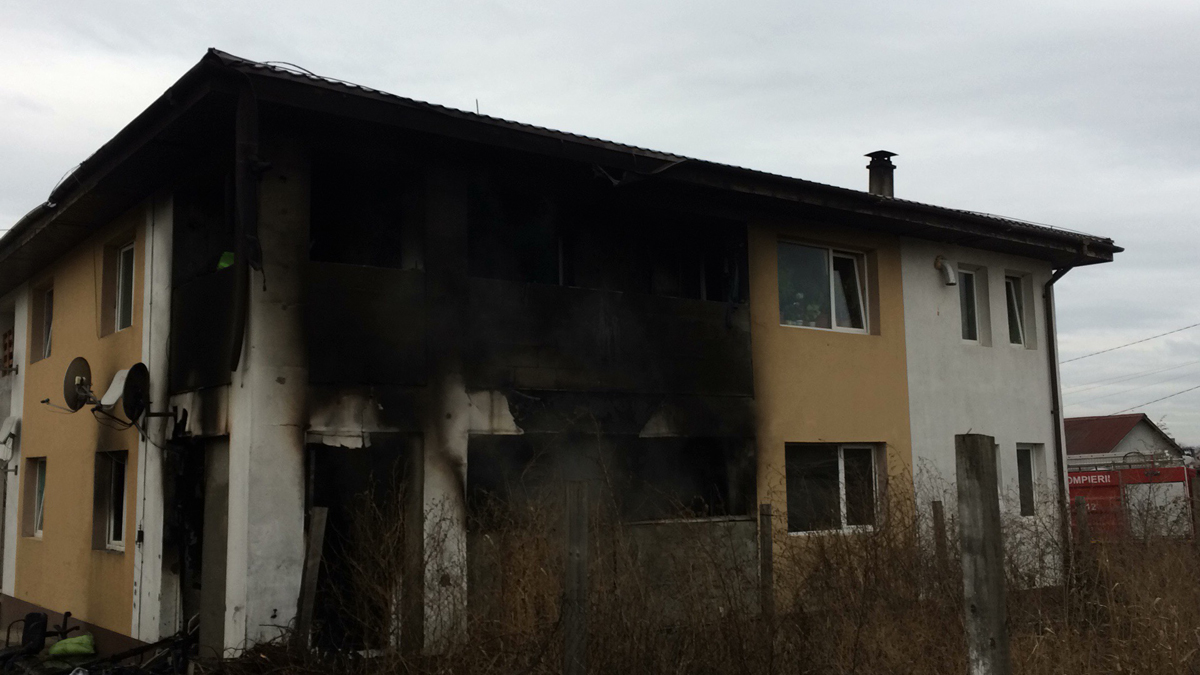 Incendiu la blocurile ANL din Valu lui Traian. FOTO Adrian Boioglu