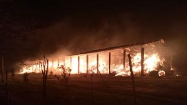 Aproximativ 2000 mp de baloți de paie au luat foc. FOTO ISU Dobrogea